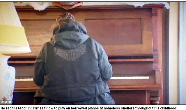 流浪汉钢琴技惊四座:不识谱_美流浪汉弹钢琴技惊四座从未上过钢琴课不识