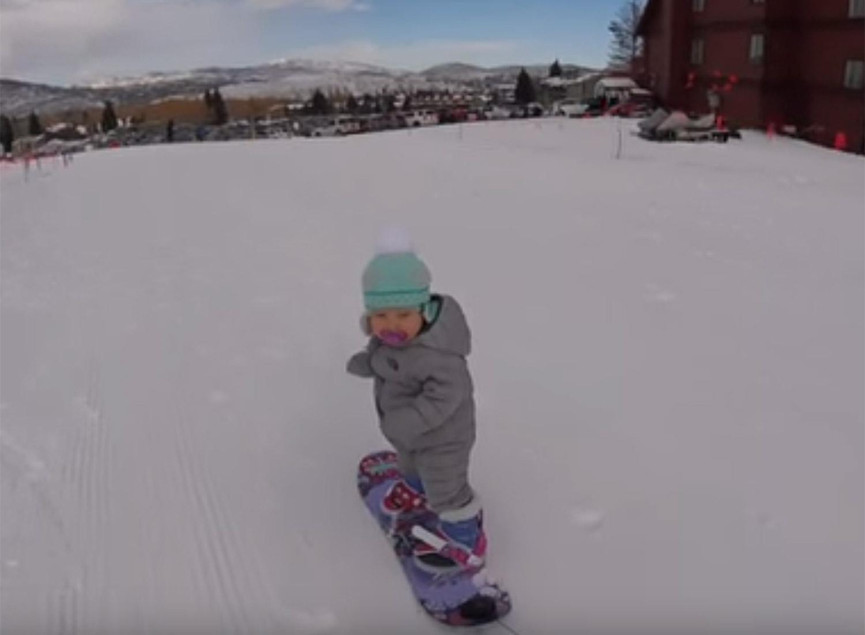 据英国《每日邮报》2月1日报导,近日,一则小婴儿滑雪的视频走红网络。视频中,美国犹他州北盐湖城14月大的小女孩斯兰•亨德森(Sloan Henderson)向网友们展示了她精湛的滑雪技艺。     斯兰四周前刚学会走路。如今她已经会滑雪了。视频中,她稳稳的站在滑雪板上。顺利的划完一段距离后还和和老爸击掌庆贺,非常可爱。     据悉,该视频被放到网上后,观看人数超过17万次。很多网友表示,长大后的斯兰一定会成为一名优秀的滑雪运动员。