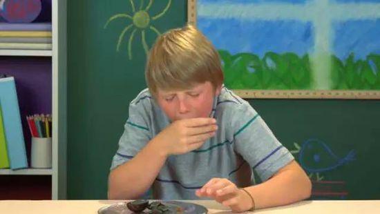 外国小朋友挑战吃皮蛋